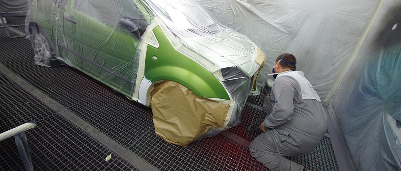 Lackierer lackiert einen Auto